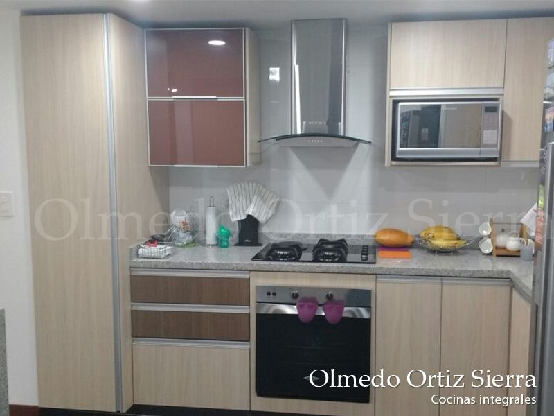 Cocina integral combinaci n de gabinetes en beige y for Gabinetes cocina integral