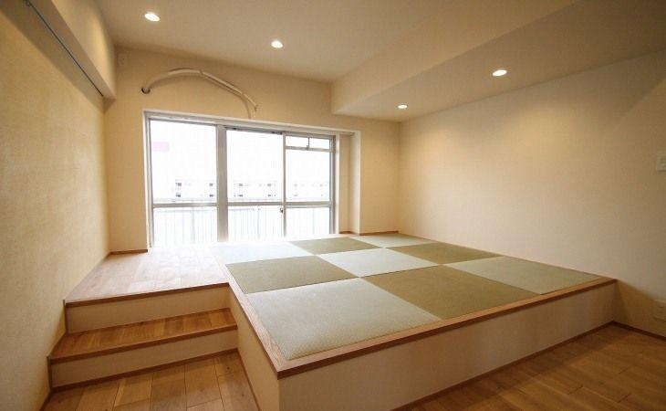 大容量の収納を備えた小上がりの畳スペース | ベッドルームのデザイン, 省スペースのベッド, タタミルーム