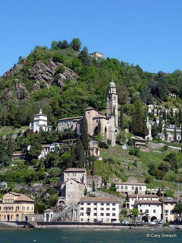 Morcote et Madonna del Sasso. Tout en haut le Castello dei Paleari, inaccessible au public.