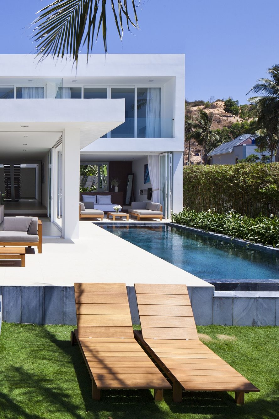 World Of Architecture Stunning Modern Beach House In Vietnam Worldofarchi Architecture Mod Modern Beach House Contemporary Beach House Beach House Design
