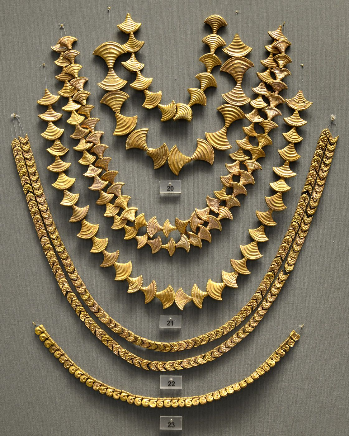 Gold necklaces from chamber tombs in Mycenae. 1600—1200 ...