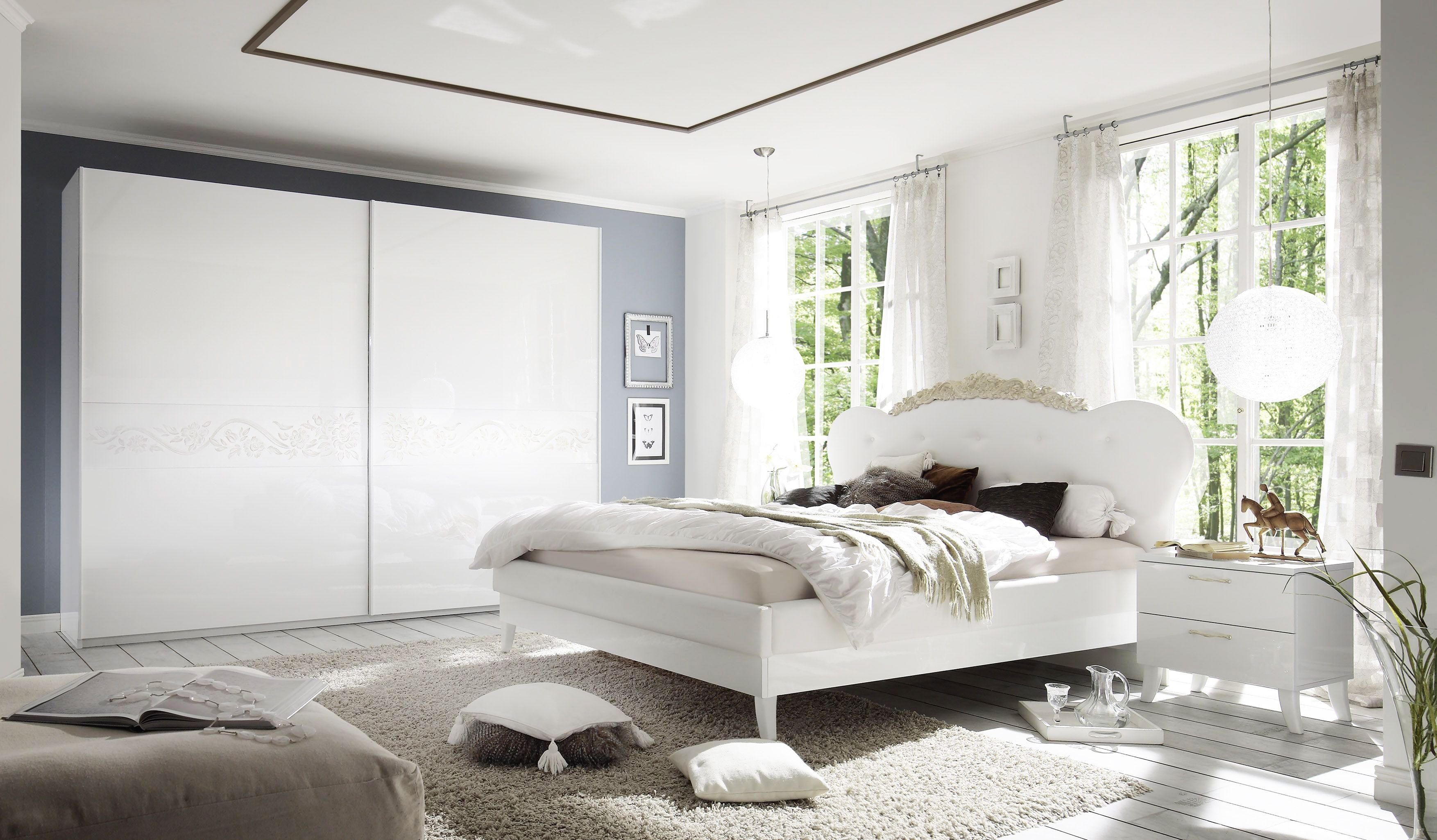 Königlicher Style für Dein Schlafzimmer Echt Hochglanz weiß lackiert und schöne Applikationen sind wesentlichen Merkmale der Schlafzimmer Seri