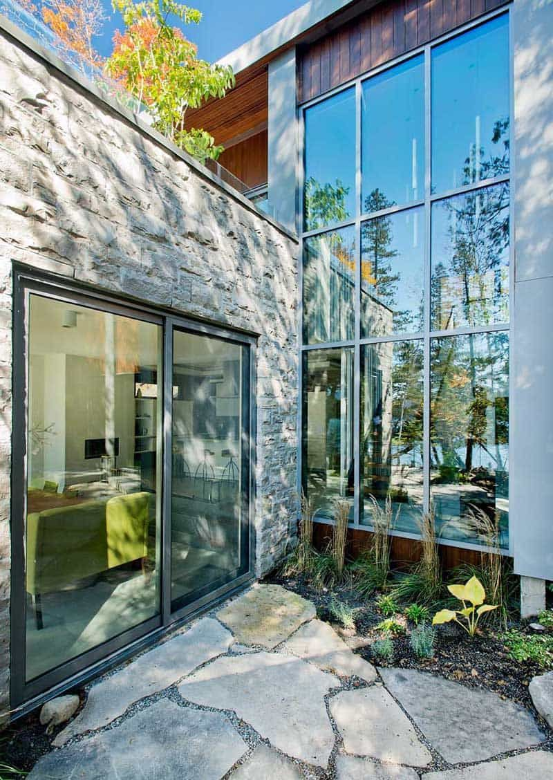Modern cottage with a natural emphasis chalet lac gate by boom townarchitect eric joseph tremblay of boom town has designed a cottage on the shores of