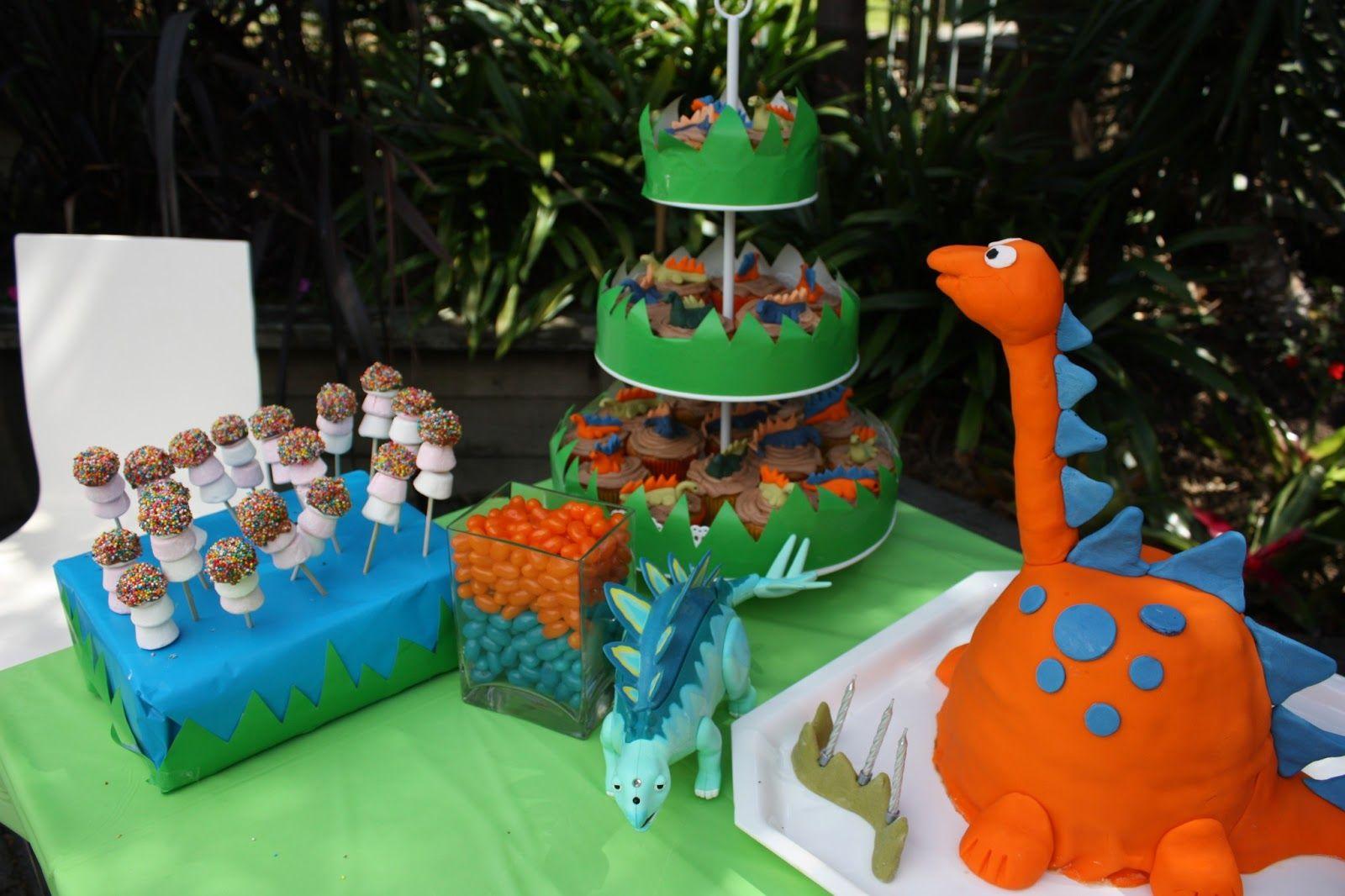 Dinosaur birthday cake at a dinosaur themed party