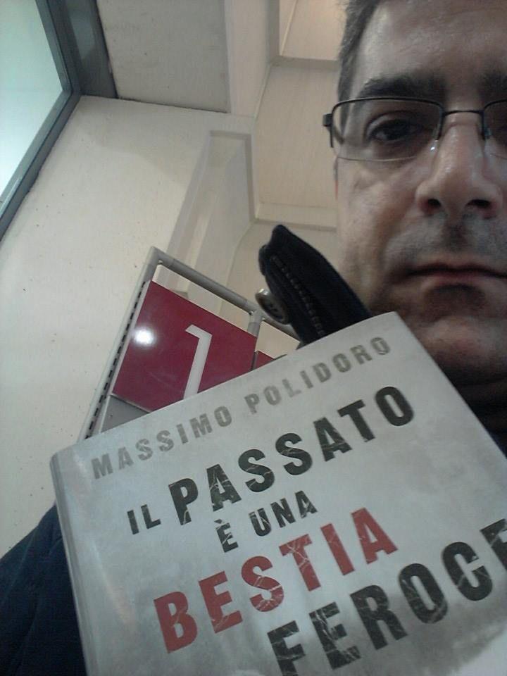 Davide ha scattato una foto davvero suggestiva, insieme alla sua copia di #ilpassatoèunabestiaferoce http://www.massimopolidoro.com/il_passato_e_una_bestia_feroce/