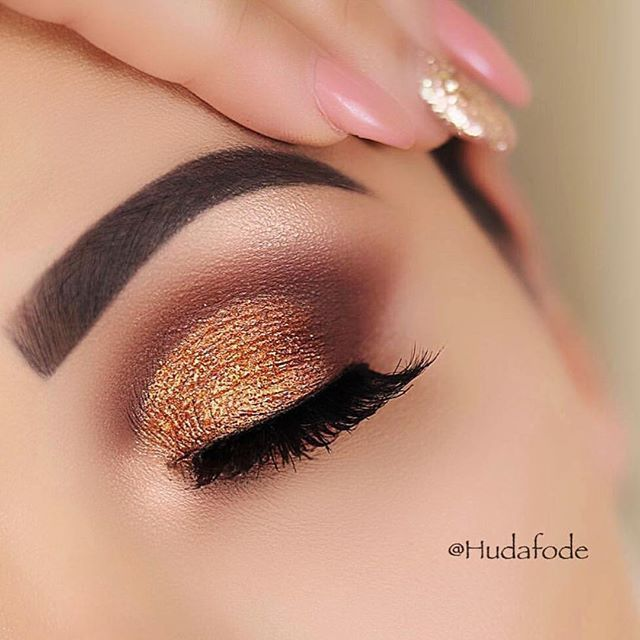 Gold glitter eye make up
