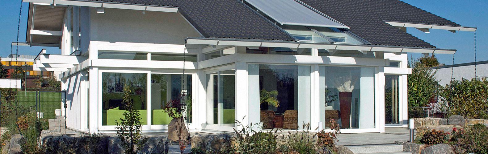 Ein Holzständerhaus von KD-Haus mit einem Erker und Freisitz ist ein Blickfang. Individuelle Dachüberstände und Dachneigungen sind möglich.