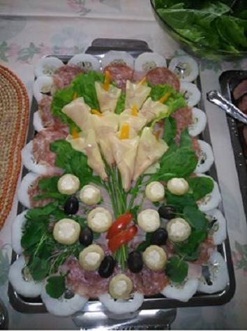 Salada com copos de leite, cogumelos recheados,rucula, agrião, azeitonas, salaminho e presunto.