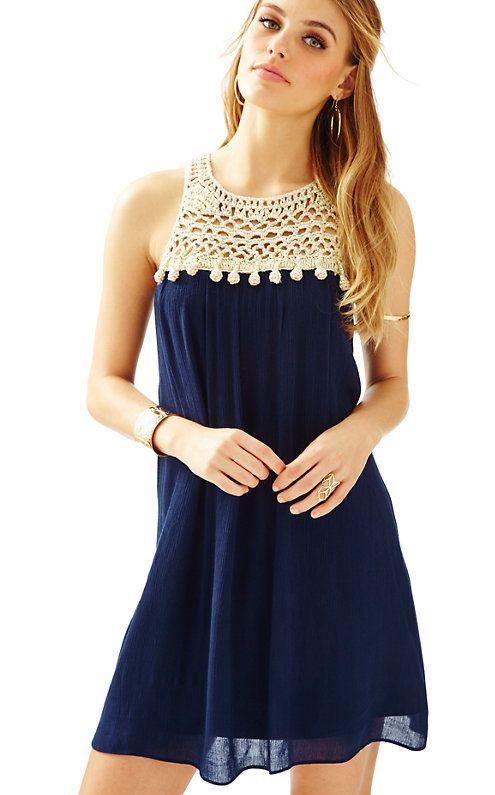 edb181718c246 Un hermoso vestido azul oscuro con un escote que parece tejido en un color  crema muy sutil te hara ver esplendida ese día tan especial.