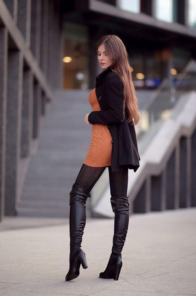 Brazowa Sukienka Czarny Plaszcz Wzorzyste Rajstopy I Blyszczace Skorzane Kozaki Ari Maj Personal Blog By Ariadna Majew Fashion Brown Dress Womens Fashion
