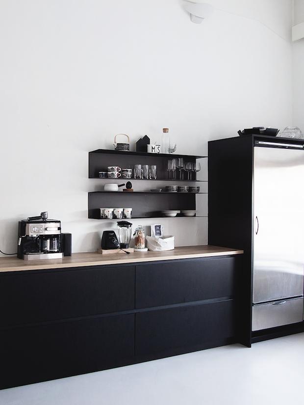 schwarze k chenfront wei e wand das ist schon auch sehr schick kitchen ideas. Black Bedroom Furniture Sets. Home Design Ideas
