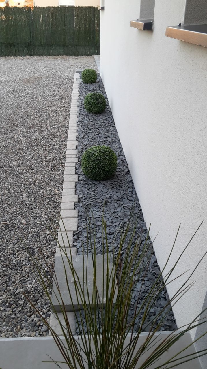 Finition des contours de la maison id e de trottoir for Amenagement contour maison