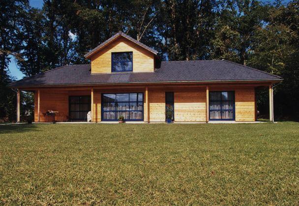 Maison d habitation ossature bois sur terrain en pente par yves laborde france wood on house - Abri de jardin sur terrain en pente angers ...