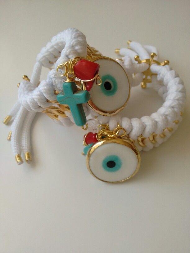 Coleccion In Love, en color blanco + ojo engastado + cruz en turquesa  + coral + broche en forma de timón con baño de oro 18k