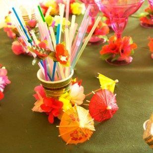 Utiliza sombrillas y pitillos de colores para decorar tus bebidas. #FiestaHawaiana #DecoracionFiestaHawaiana