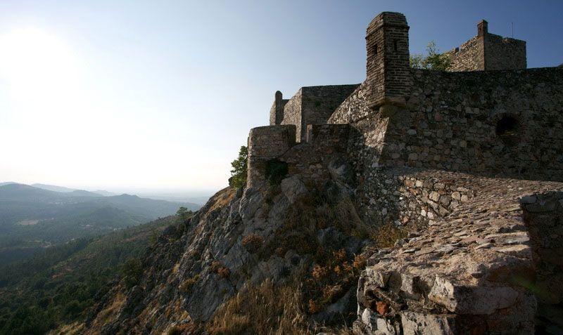 """Es ist für viele Kenner eines der hübschesten und romantischsten in ganz Portugal ist und auf der Spitze des Hügels befindet sich die gut erhaltene Ruine einer mittelalterlichen Burg. Marvão und Umgebung sind vom 24. Juli bis zum 2. August 2015 zum zweiten Mal Veranstaltungsort des """"Festival Internacional de Música de Marvão"""" (FIMM), das im letzten Sommer seine Premiere erlebte. BY GABRIELE WILMS  #Marvao #Alentejo #Portugal"""