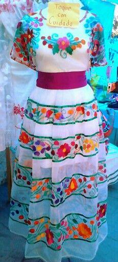 28fe1cf8ac Hermoso traje de blusa y falda bordada a mano. Visitanos en trajes tipicos  nu u mini y pidelo!