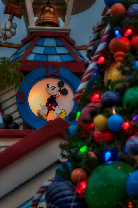 This pic makes me excited!! Mickey and Christmas!!