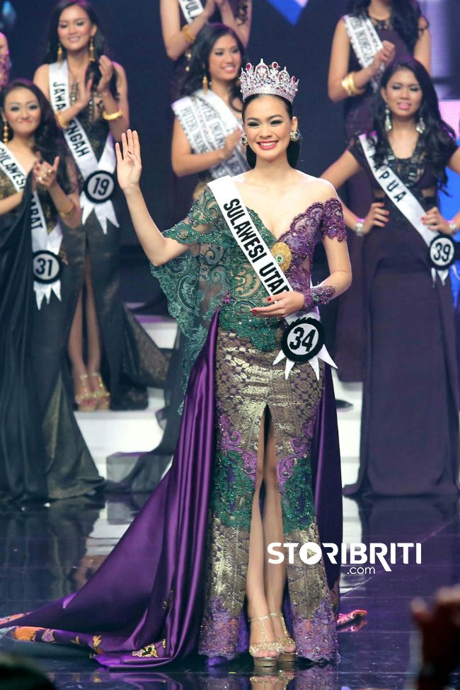 """""""Puteri Indonesia 2016"""" perpaduan kebaya warna hijau tua"""
