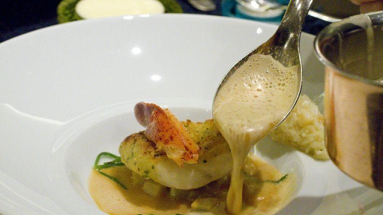 Rombo in salsa di peperone rosso dolce, ricetta stellata del San Domenico Imola.  http://winedharma.com/it/dharmag/settembre-2013/come-cucinare-il-pesce-rombo-salsa-di-peperone-rosso-dolce