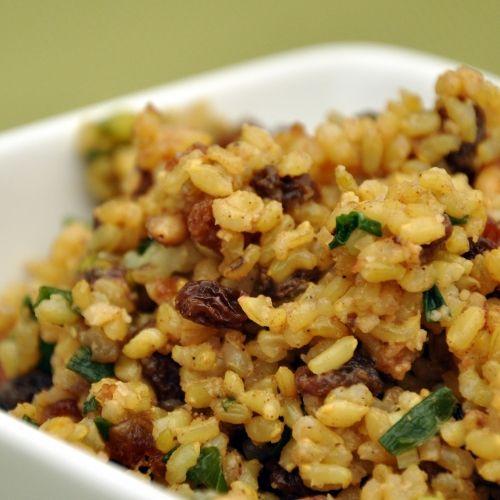 Rijstschotel met gedroogd fruit en noten