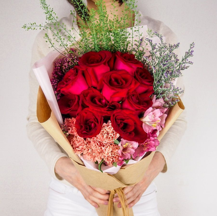Flower Delivery Singapore A Proper Way To Give Her Flowers Flower Delivery Singapore Flower Delivery Best Flower Delivery Hand Bouquet