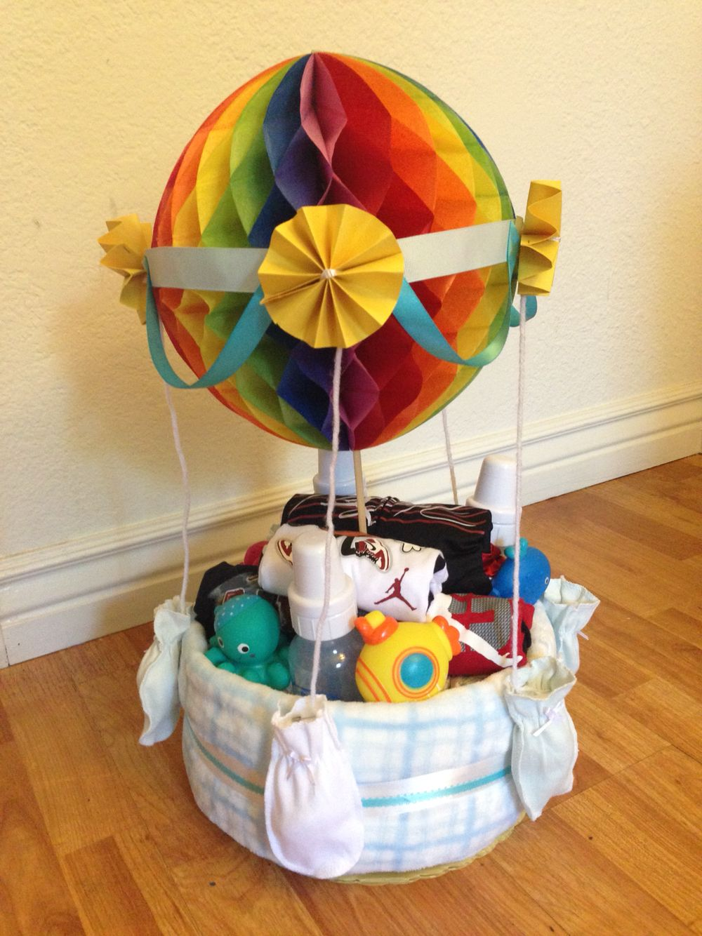 hot air balloon diaper cake my diy pinterest hot air balloons air balloon and diapers. Black Bedroom Furniture Sets. Home Design Ideas