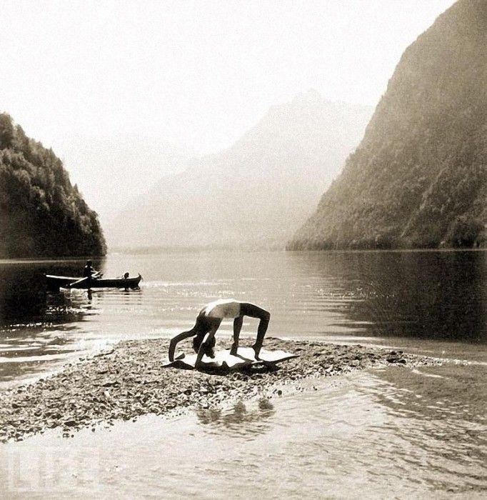 Ева занимается гимнастикой на берегу озера Кенигзее, которое и сегодня считается самым чистым озером Германии.