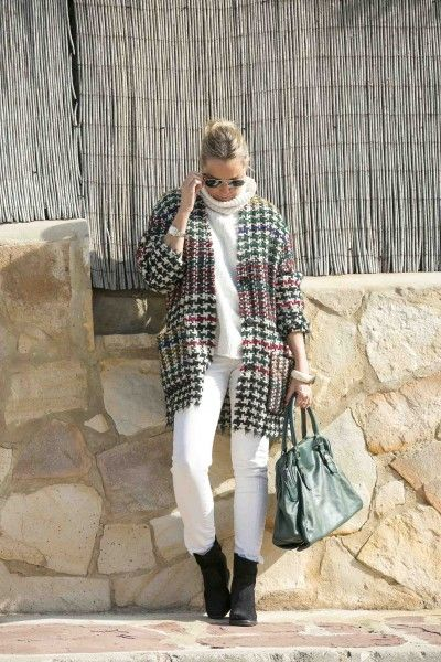 Con ganas ya de que llegue la primavera por eso hoy un look blanco al que le pongo la nota de color con el abrigo de Isabel Marant. #streetstyle #blogger #valencia #ootd