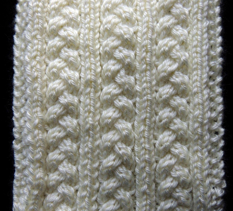 Bello tejido en dos agujas formado trenzas en el cuerpo del diseño ...