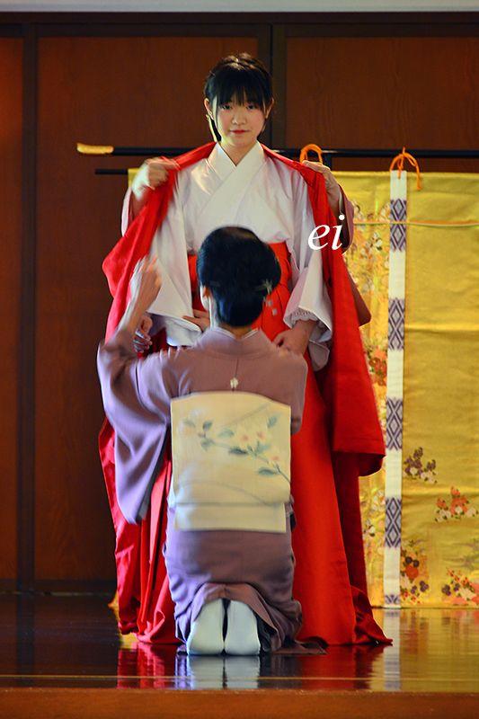 源氏物語・十二単 : ちょっとそこまで A woman being dressed in junihitoe.