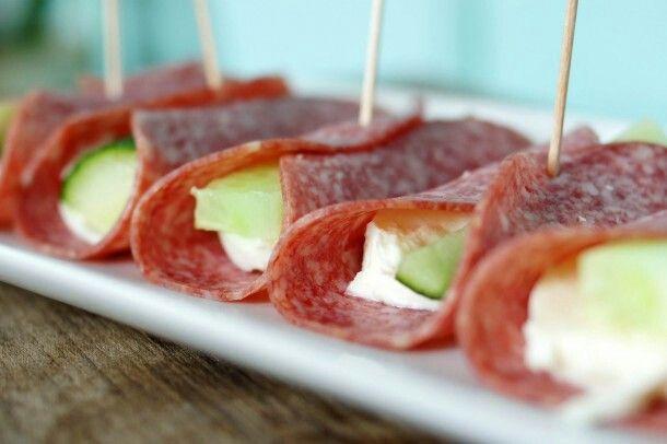 Salami, mozzarella en komkommer hapje.
