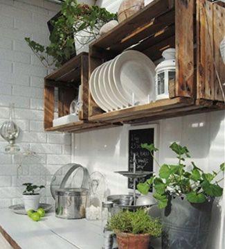 ESTANTES RÚSTICOS  Cuelga unas cajas de madera en la cocina para utilizarlas como originales estantes. Un toque rústico de lo más práctico.
