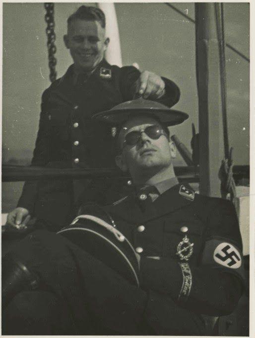 """Le """"SS-Obersturmführer"""" Erich Kempka arborant le """"Sportkranz des Ringes der Nationalen Kraftfahrt und Luftfahrtbewegung"""""""