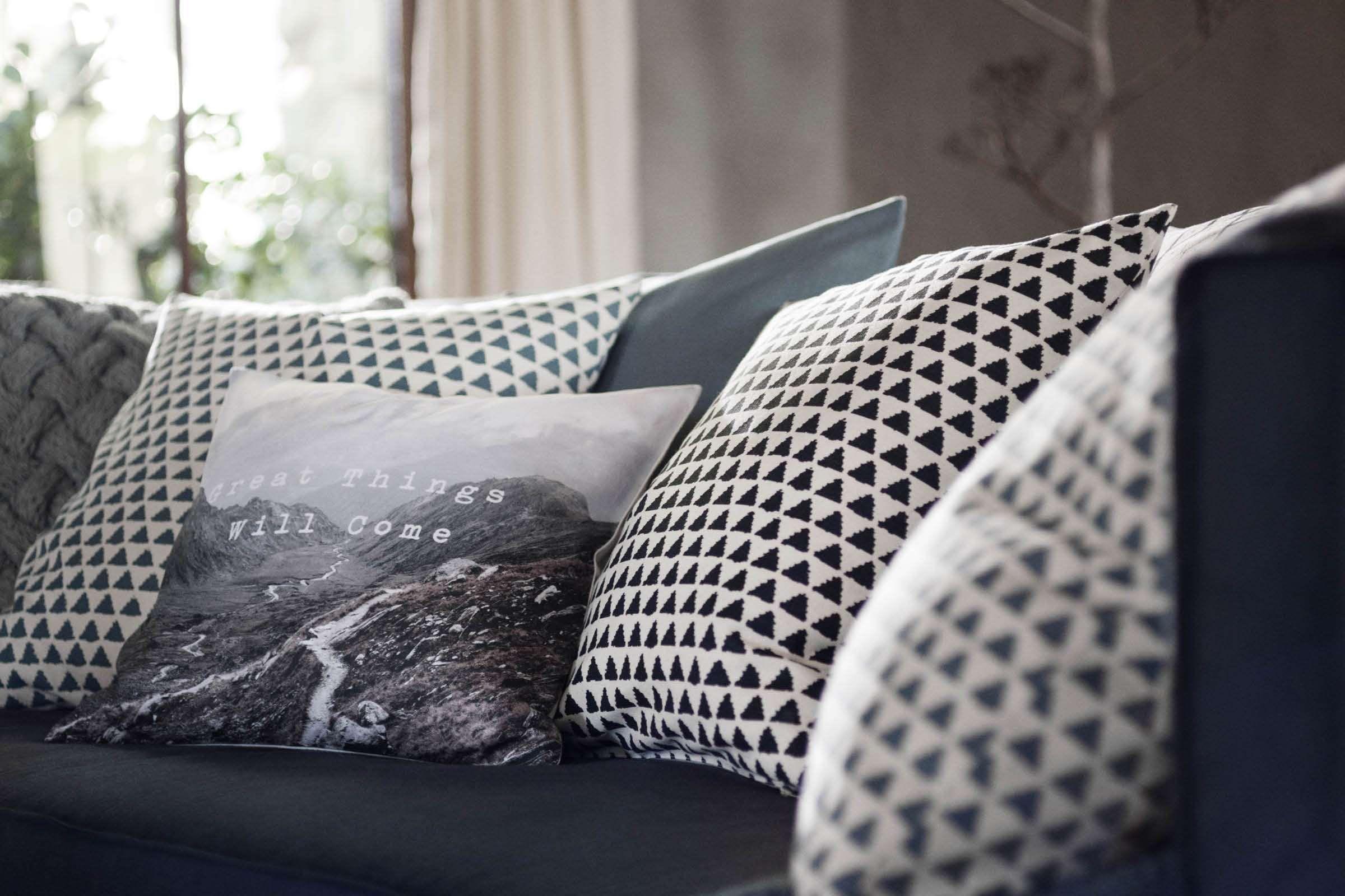 Ga voor grove materialen; zachte plaids, kussens en etnische details geven je interieur een warme uitstraling.