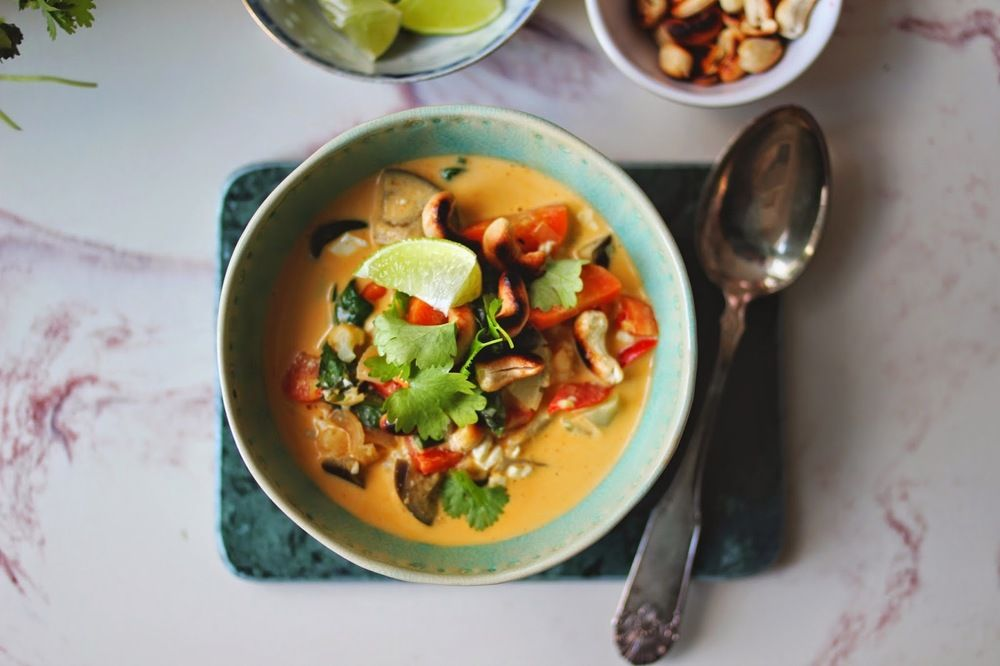 Rød thaisuppe m. blomkål & tofu.