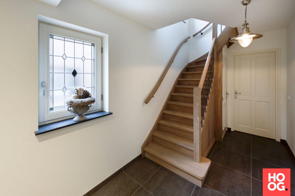 Hal met houten trap hal inrichting interieur inspiratie