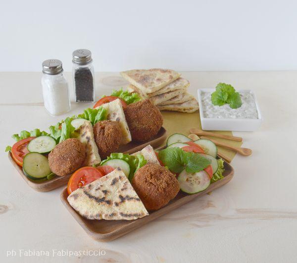 Falafel di lenticchie e pane naan con salsa tzaziki #
