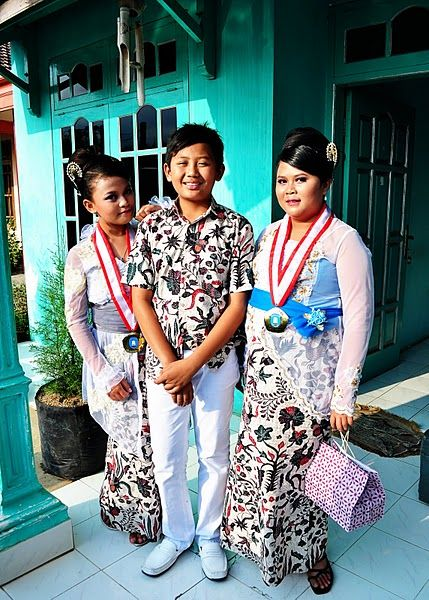 Indonesian graduation outfits.
