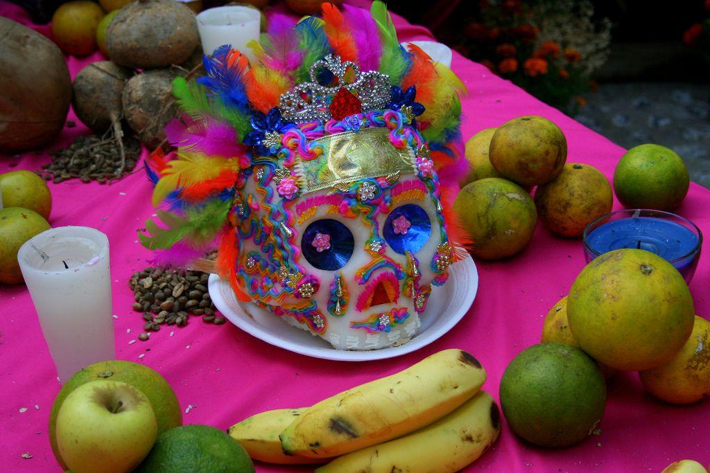 Calaverita de Azucar con frutas Dia de Muertos en Tepotzotlan