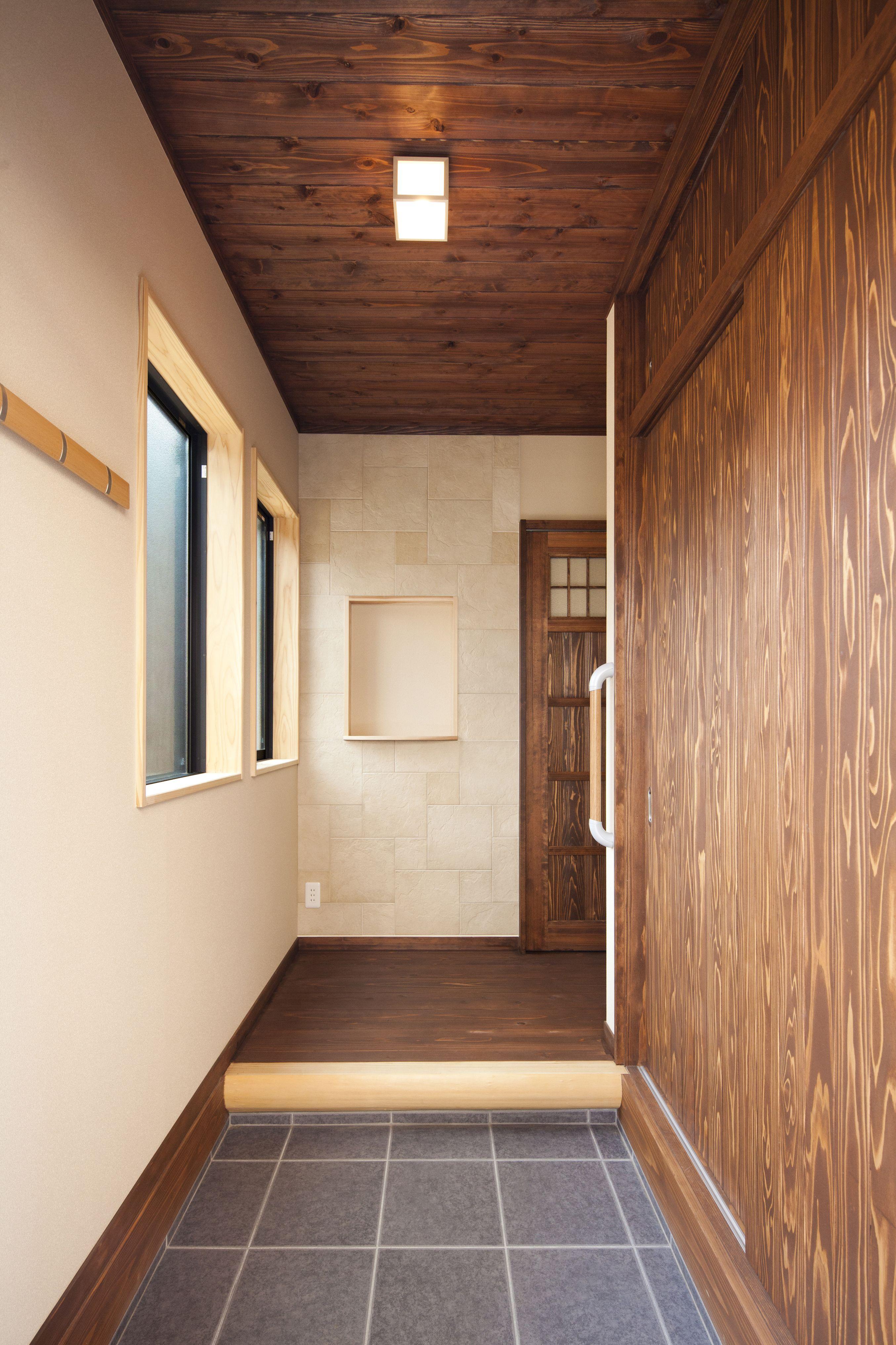 自然素材塗料で着色を施した無垢杉の床や天井 建具で古民家風な印象に仕上げた玄関 自然素材をふんだんに使用した家で 家族みんなが健康で安心できる暮らしを 地震から家を守る 制震装置 Evoltz 耐震レベルも 安心の 耐震等級3 土台と柱は 全て4寸角