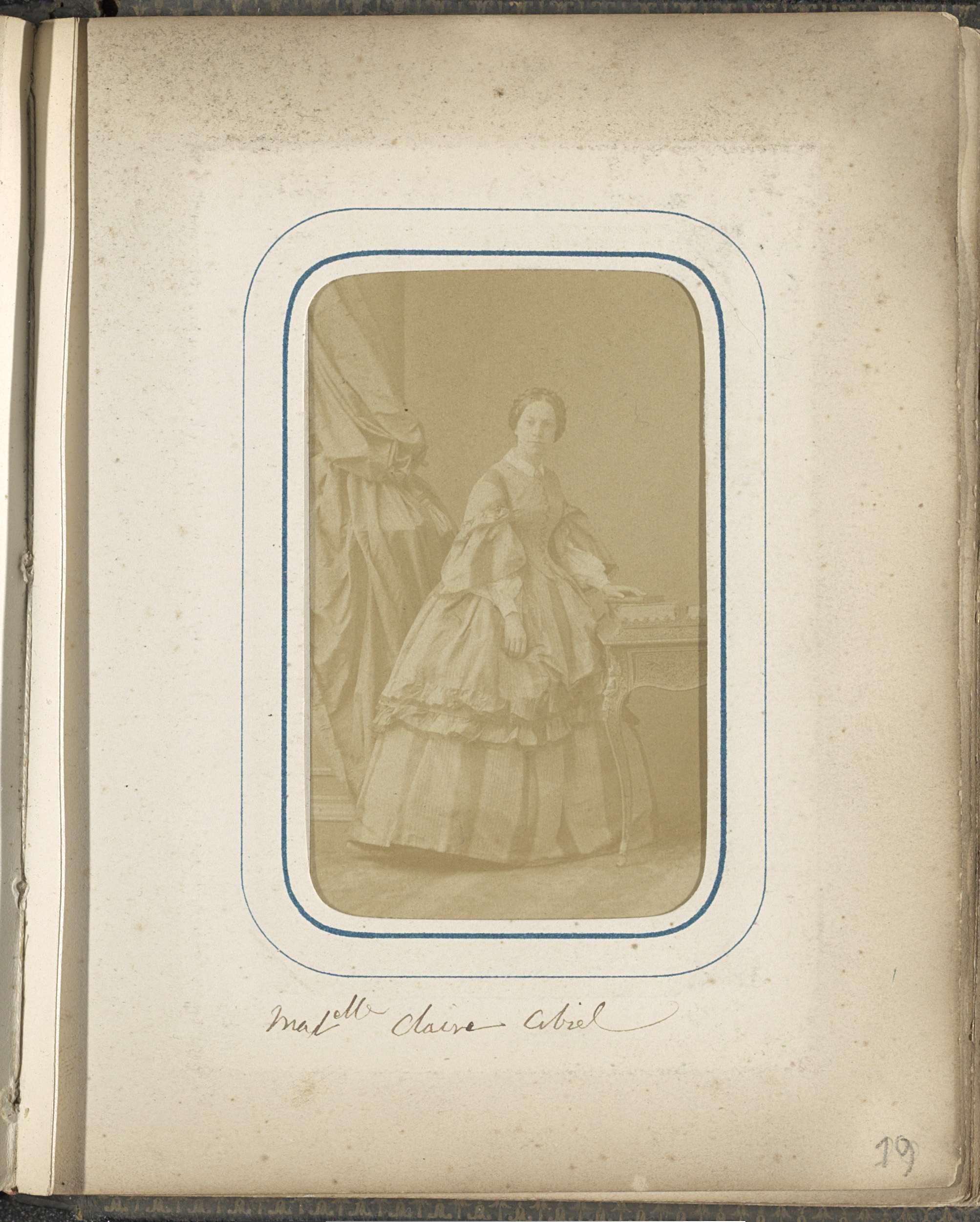 Disdéri & Co. | Portret van Claire Cibiel, Disdéri & Co., c. 1860 - c. 1865 | Onderdeel van Fotoalbum met 24 cartes-de-visite van Franse personen.