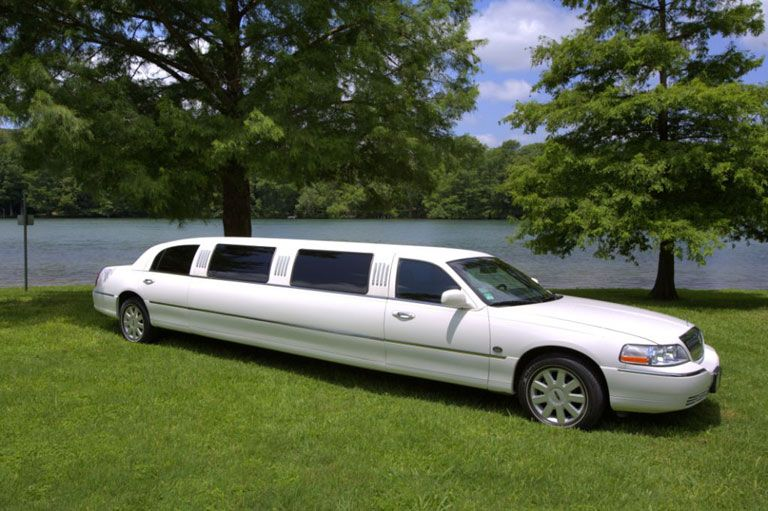 White Lincoln Stretch Limousine will seat 810 passengers