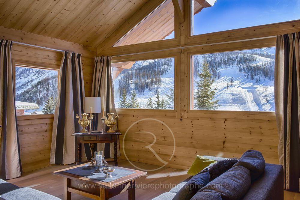 salon dans un chalet lombard vasina belle pi ce vivre la fois chaleureuse et tr s. Black Bedroom Furniture Sets. Home Design Ideas