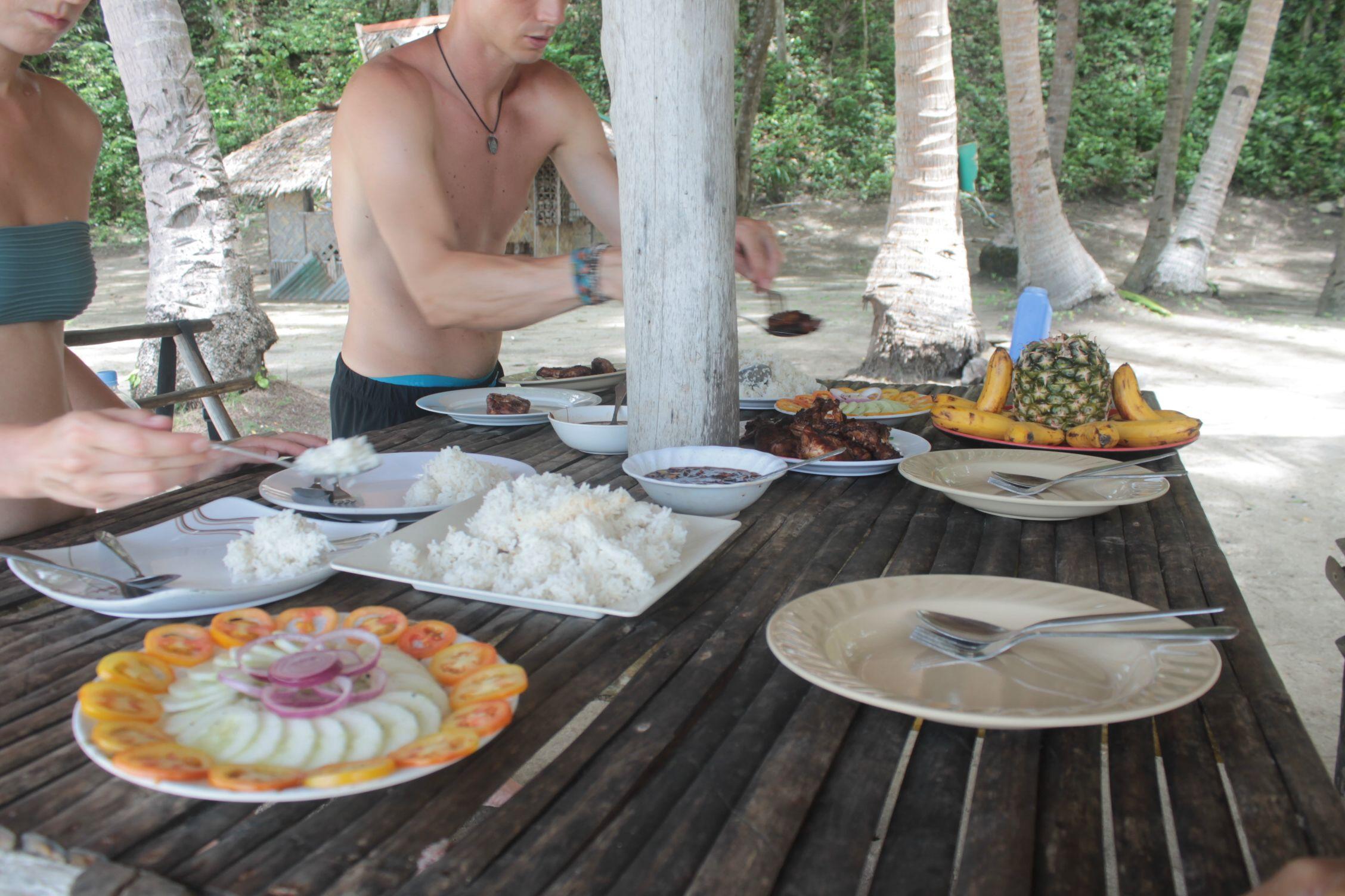 Comiendo en Paradise Beach