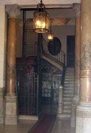 ascensor antiguo en una casa de barcelona se observa la puerta exterior metlica y la