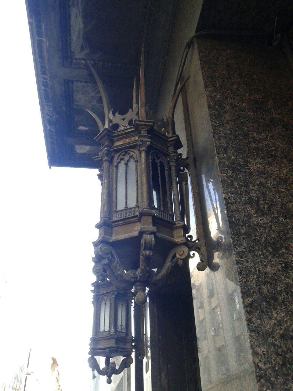 Faroles de un edificio de la ciudad vieja de Montevideo URUGUAY