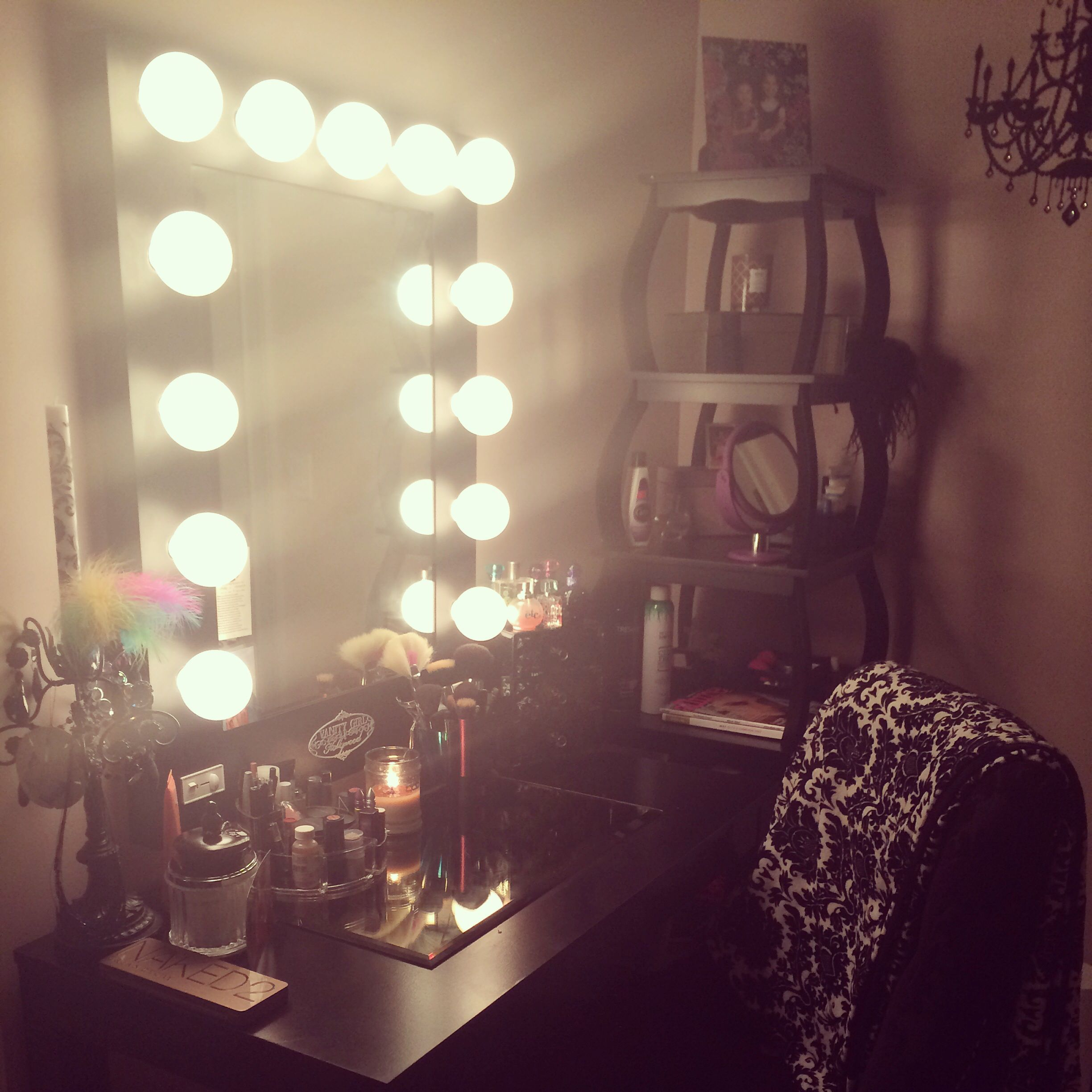 All black everything 💁 Seriously amazing vanity space from