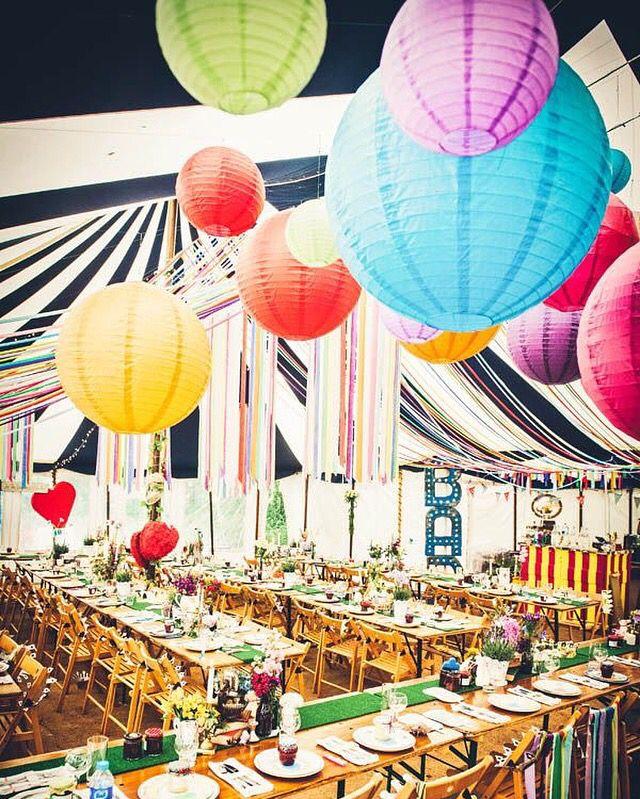 Happy Colours Lamoionnen In Allerlei Vrolijke Kleuren Super Sfeervol Creeer Een Vintage Festival Sfee Feesttent Decoratie Receptie Ideeen Feesttent Bruiloft