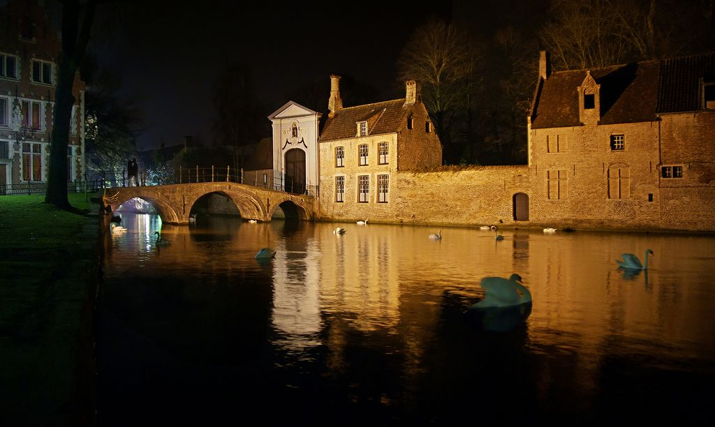 """Lago Minnewater, Brujas. / Minnewater Lake, Brugges. ♫ Vance Joy- Mess is Mine. (subtítulos en castellano)♫ Sentimientos de amor perfectamente expresados en esta canción, las sensaciones son todavía más hermosas rodeados de tanta belleza....Una pena, lo que pudo ser y no fue..... Brujas (en flamenco Brugge, en francés: Bruges) es una ciudad belga, su casco histórico es declarado Patrimonio de la Humanidad. Brujas es conocida como «la Venecia del norte», debido a la gran cantidad de canales que atraviesan la ciudad y a la belleza de los mismos. Feelings of love perfectly expressed in this song, the feeling is even more beautiful surrounded by so much beauty....A shame, what could be and was not...... Bruges (Brugge in Flemish, French: Bruges) is a Belgian city, the old town is a UNESCO World Heritage Site. Bruges is known as """"the Venice of the North"""" because of the many canals that cross the city and the beauty of them. https://www.picturedashboard.com"""